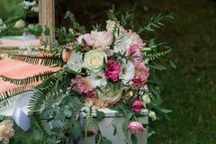 婚礼花束在梳妆台上说谎 新娘的早晨 风景 图库摄影