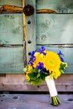 婚礼花束用向日葵,翠雀,白杨木离开 免版税库存图片