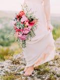 婚礼花束的特写镜头视图在新娘的手上 库存图片