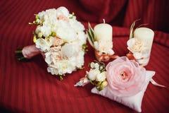婚礼花束钮扣眼上插的花对光检查圆环 免版税库存照片