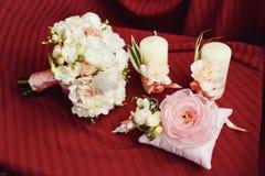 婚礼花束钮扣眼上插的花对光检查圆环 免版税库存图片