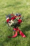 婚礼花束,以草为背景 免版税库存图片