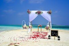 婚礼花篮子、圆环壳和结婚的黑板, 免版税库存图片
