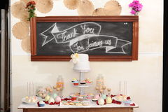 婚礼花篮子、圆环壳和结婚的黑板, 免版税库存照片