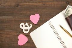 婚礼花费概念 心脏,笔,纸,在木Backgro的金钱 免版税库存照片