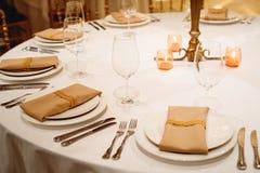 婚礼表设置 在桌上的植物布置 免版税图库摄影