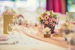 婚礼表设置 美丽的桌布置与花和glas 免版税图库摄影