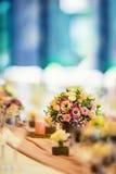婚礼表设置 美丽的桌布置与花和glas 库存图片