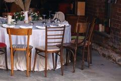 婚礼装饰和承办酒席在夏天街道上 库存图片