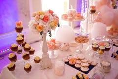 婚礼装饰在Welkome结块杯形蛋糕 免版税库存照片