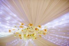婚礼装饰的元素在天花板开花并且点燃 库存照片