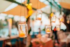婚礼装饰,在玻璃烧瓶的蜡烛 免版税库存图片