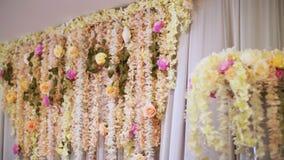 婚礼装饰,婚礼的装饰,由真正的花做的婚礼装饰 背景装饰高雅花粉红色浪漫婚礼 股票视频