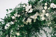 婚礼装饰,辅助部件,兰花,玫瑰,玉树,花束在餐馆,主持桌设置 免版税图库摄影