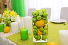 婚礼装饰 美好的假日桌设置用苹果 免版税库存图片