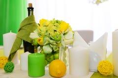 婚礼装饰 美好的假日桌设置用苹果 库存图片
