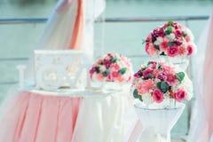 婚礼装饰 花花束:雏菊罗斯牡丹 免版税库存图片