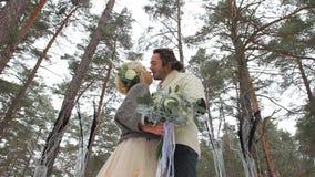 婚礼订婚仪式在冬天森林里 股票录像