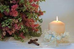 婚礼设定与蜡烛和十字架 免版税库存照片