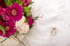 婚礼设置-新娘和新郎顶视图敲响 图库摄影