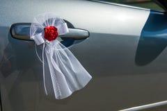 婚礼车门装饰 免版税库存照片