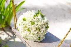 婚礼辅助部件 在一个热带海滩的新娘的花束 免版税库存照片