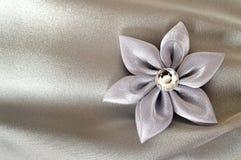 婚礼辅助部件:手工制造织品花 库存图片