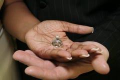 婚礼递与环形的新娘和新郎 库存照片