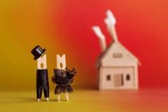 婚礼邀请和爱概念 新娘新郎晒衣夹钉字符,红色橙色背景的纸板家 免版税库存照片