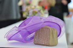 婚礼那天极乐,放置在桌的帽子 库存照片