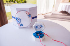 婚礼邮箱和嫩白色小箱在圆桌上 库存图片