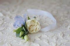 婚礼钮扣眼上插的花花 库存图片