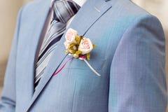 婚礼钮扣眼上插的花 免版税库存图片