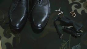 婚礼鞋子、传送带和bowtie在木背景 新郎的婚礼辅助部件 新郎衣裳 股票录像