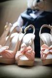 婚礼鞋子高跟鞋被充塞的熊 库存照片