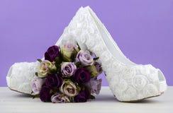 婚礼题材白色花卉新娘鞋子 免版税库存照片