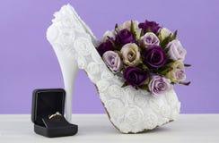 婚礼题材白色花卉新娘鞋子 免版税图库摄影