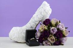婚礼题材白色花卉新娘鞋子 库存照片