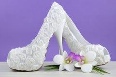 婚礼题材白色花卉新娘鞋子 图库摄影