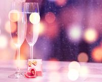婚礼香槟玻璃,浪漫心脏背景 库存图片