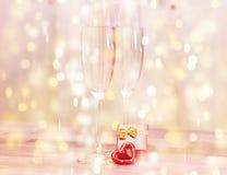 婚礼香槟玻璃,浪漫心脏背景 库存照片