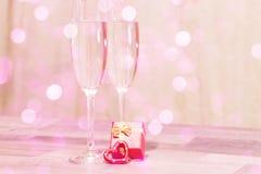 婚礼香槟玻璃,浪漫心脏背景 图库摄影