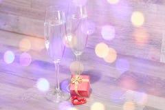 婚礼香槟玻璃,浪漫心脏背景 免版税库存照片