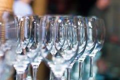 婚礼宴会 宴会盘dof集中浅一家的餐馆 杯在几行的香槟在镜子盘子 库存照片