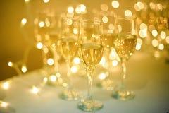 婚礼宴会 宴会盘dof集中浅一家的餐馆 杯在几行的香槟在镜子盘子 库存图片