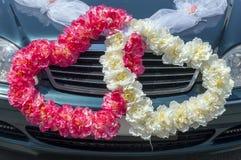 婚礼以心脏的形式汽车装饰 免版税图库摄影