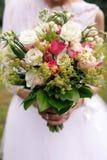 婚礼从白色eustomy和桃红色玫瑰的boho花束 库存照片