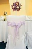 """婚礼细节†""""紫罗兰色丝带弓 免版税库存图片"""