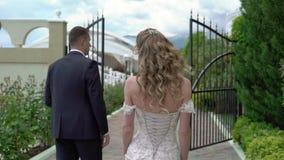 婚纱的年轻美丽的新娘去新郎 新婚佳偶的会议 股票视频