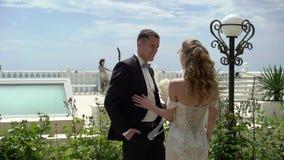 婚纱的年轻美丽的新娘去新郎 新婚佳偶的会议 影视素材